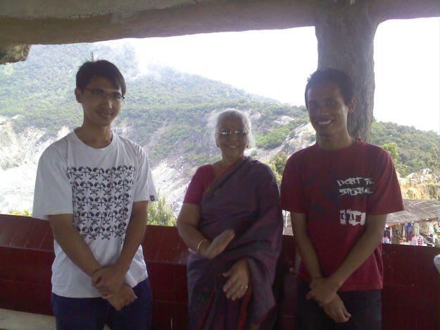Adi dan Khairul berfoto dengan seorang Ibu dari India