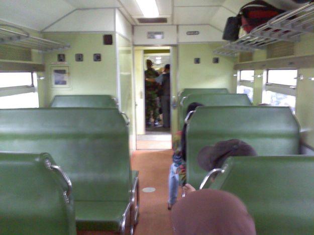 Interior kereta penumpang kelas ekonomi KA Malabar