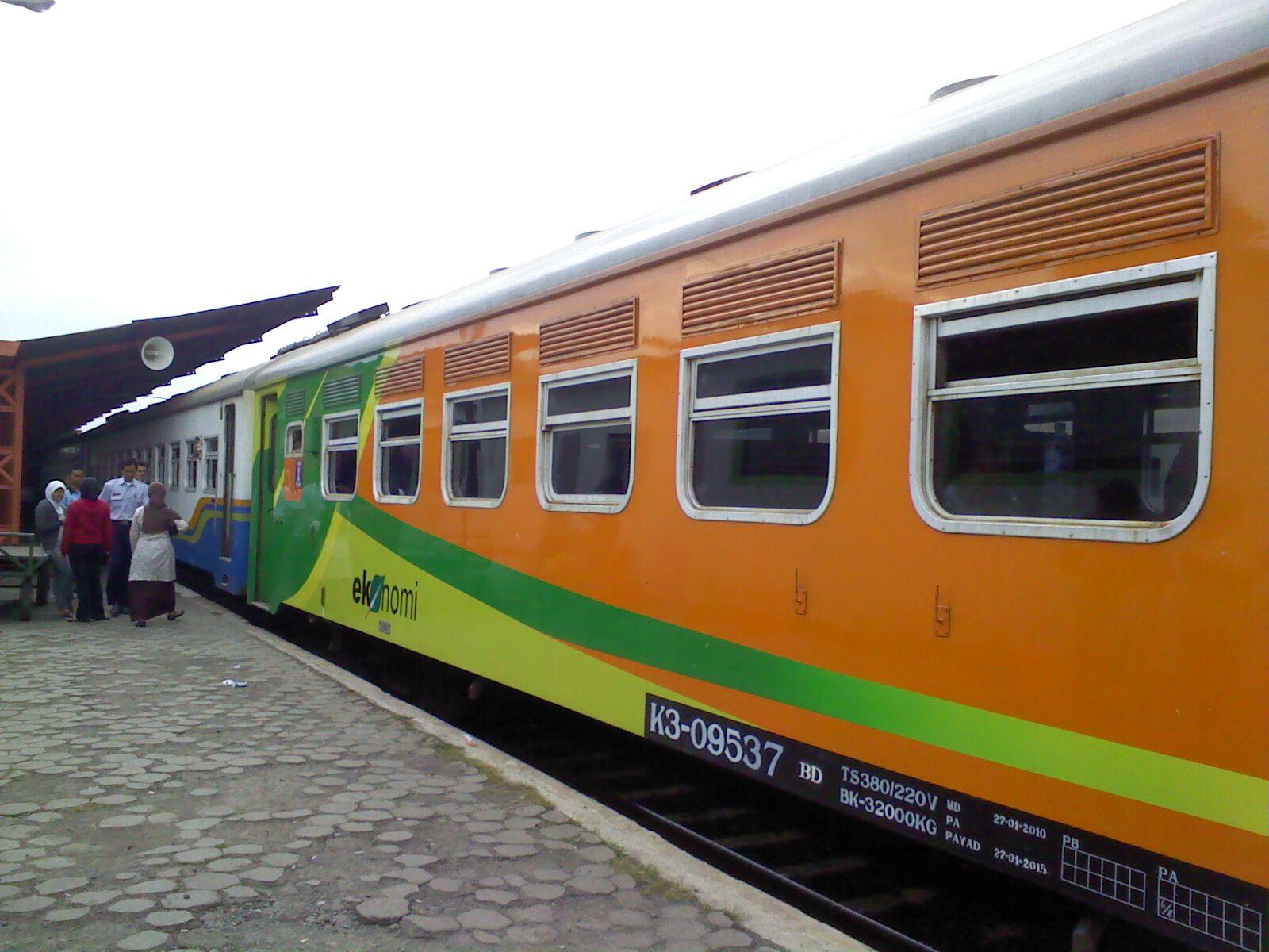 KA Malabar siap berangkat dari jalur 1