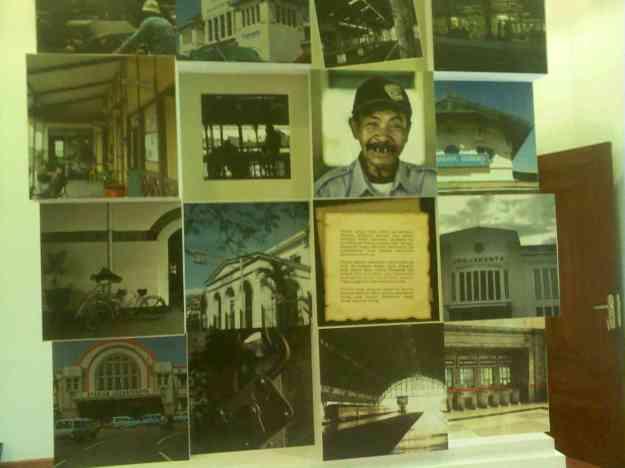 Papan tulisan dan foto mengenai sejarah stasiun