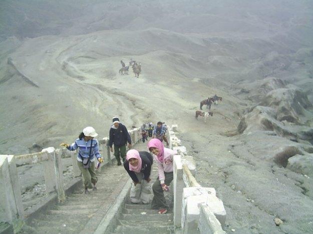 Tangga menuju puncak Bromo