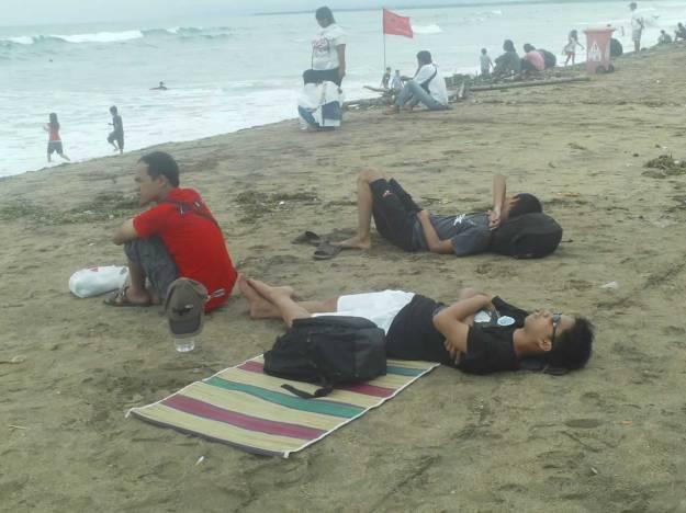 Tiduran di pantai