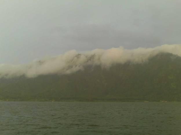 Danau Beratan dengan latar belakang pegunungan