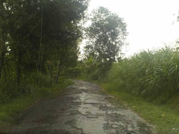 Jalan yang berlubang-lubang