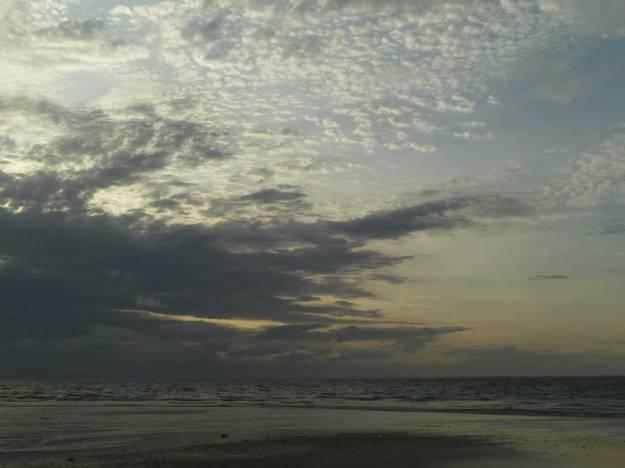 Langit mendung di atas pantai Kuta