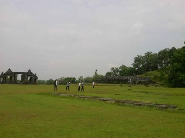 Lapangan rumput di kompleks Ratu Boko