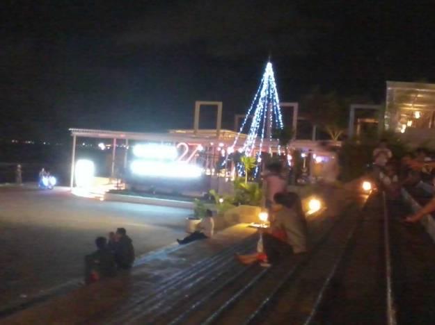 Suasana malam di depan Discovery Mall
