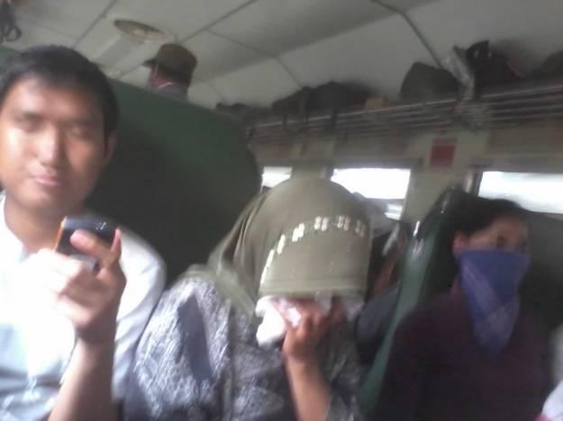 Para penumpang menggunakan masker (kecuali Kamal :D)