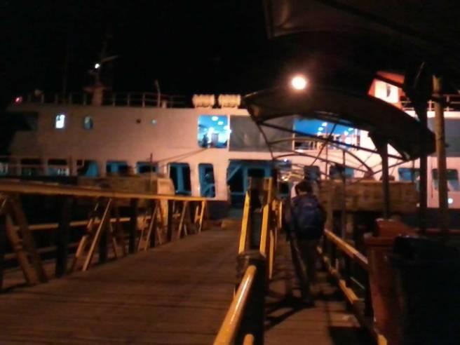 Melangkah menuju kapal feri