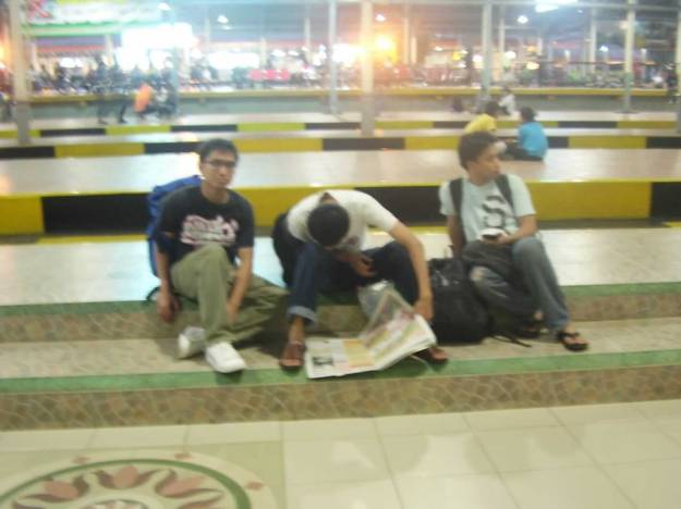 Menunggu kereta di Stasiun Hall Bandung