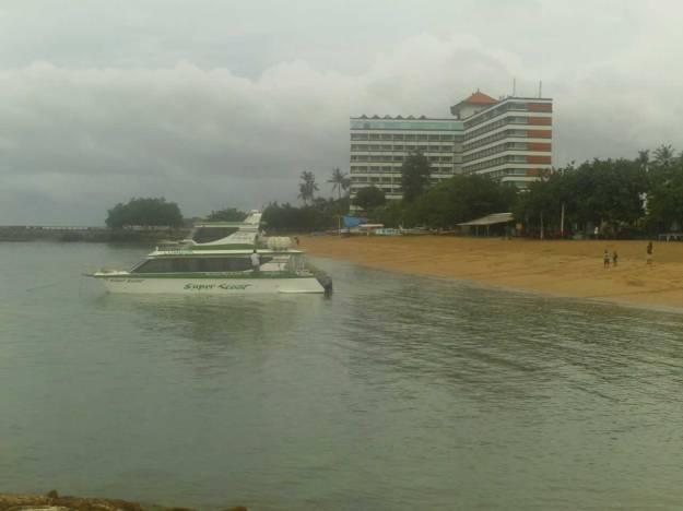 Hotel dan sebuah motor boat yang berada di kawasan Sanur