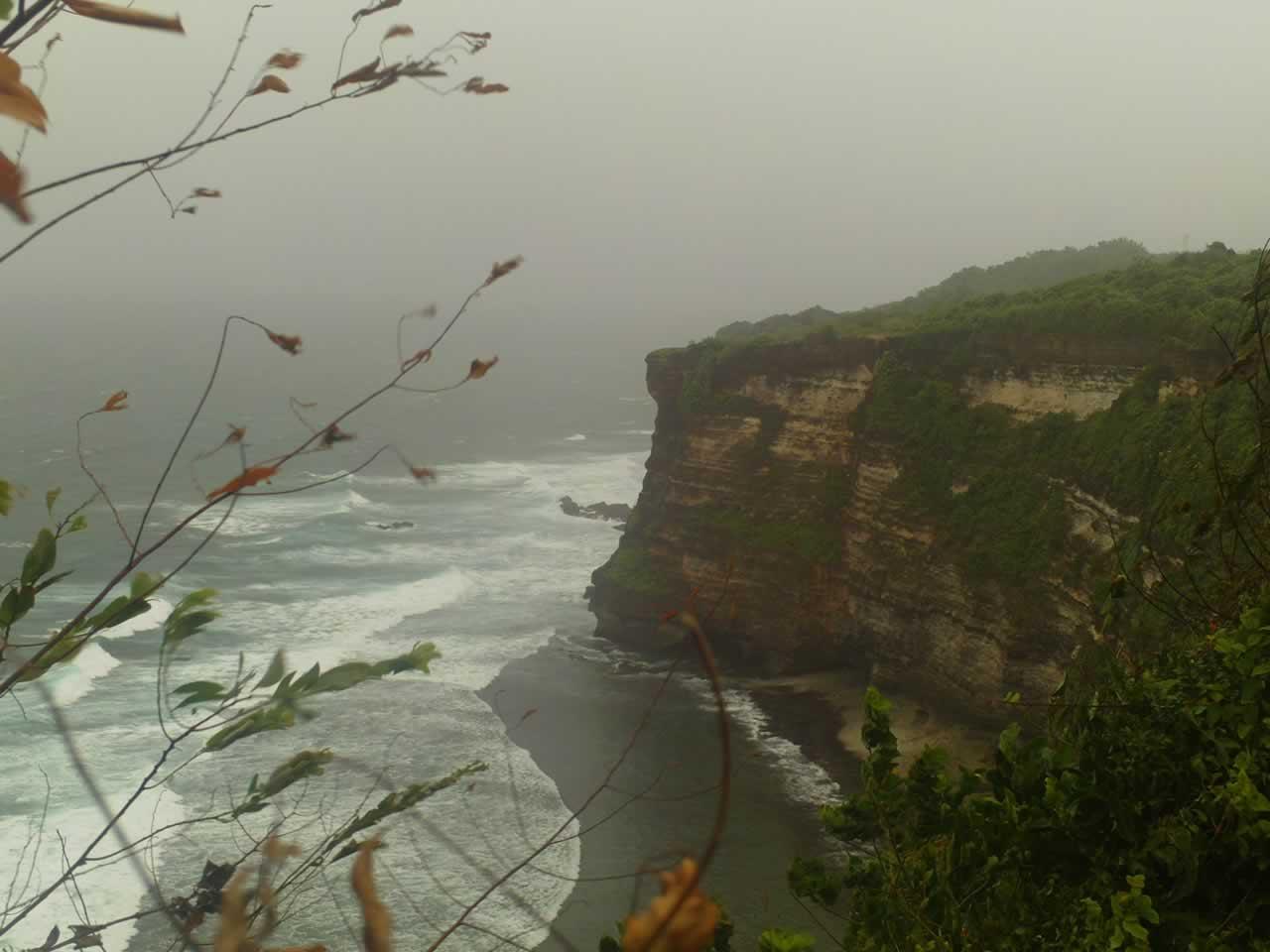 Pemandangan sekitar Uluwatu
