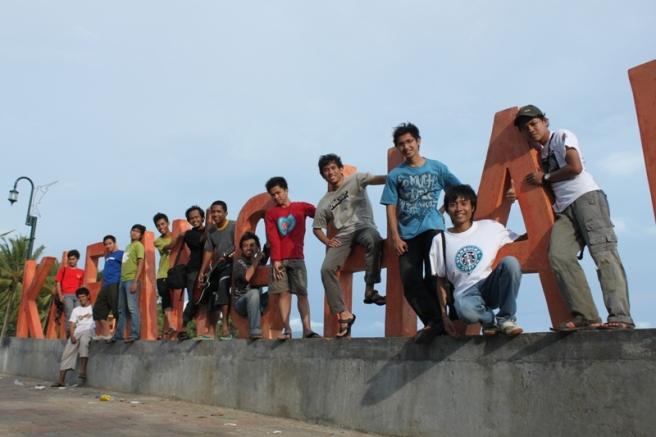 Di depan pantai