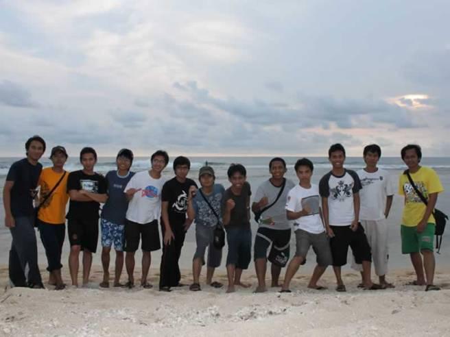 Foto bareng di pantai Cibuaya