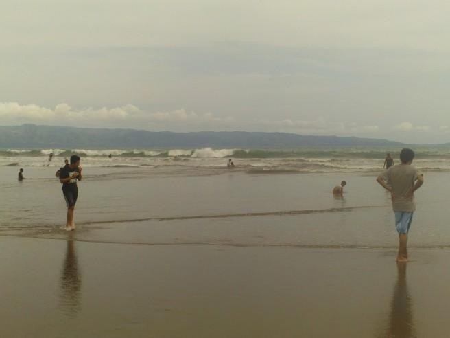 Main di pantai