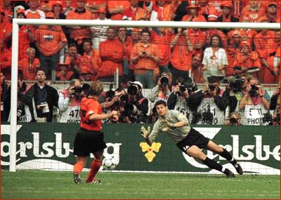 Adu penalti Belanda vs Italia 1-3 Semifinal Euro 2000 (rediff.com)