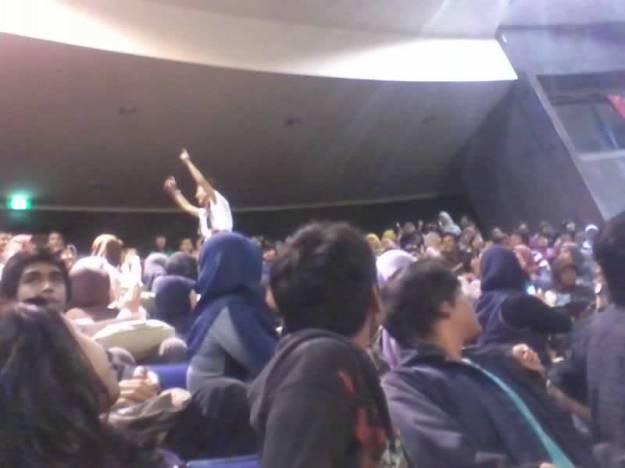 Rosi masuk auditorium