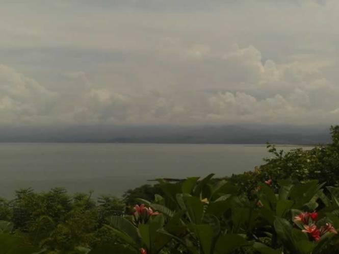 Samudra Hindia tampak dari atas kuil