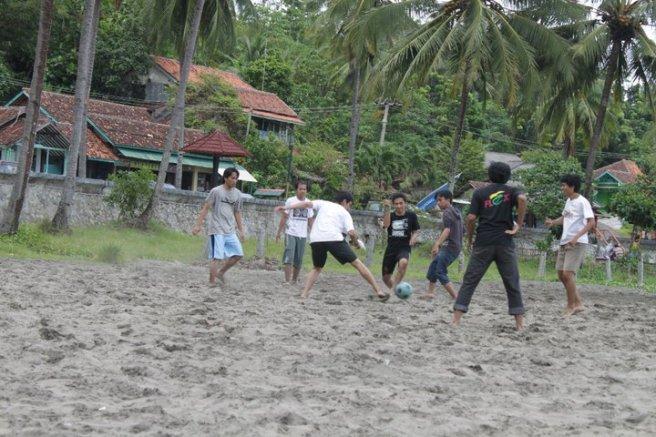 Main sepak bola pantai