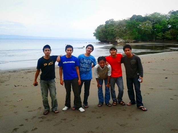 Foto bersama @ pantai Batu Karas