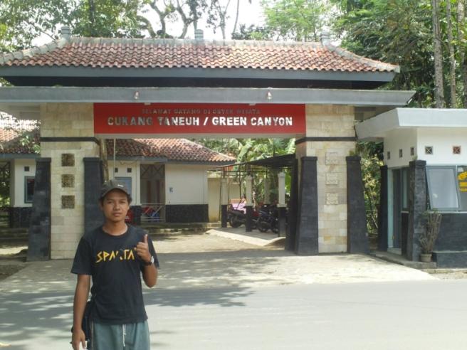 Di depan gerbang Cukang Taneuh