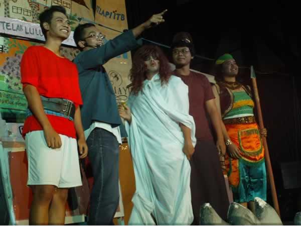 Foto bareng mahasiswa - 'pelaku sejarah'