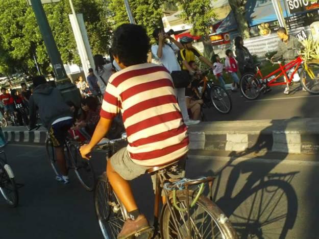 Orang-orang bersepeda