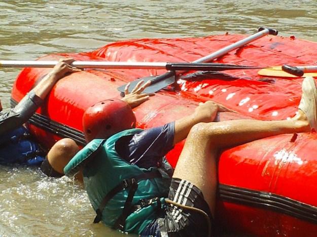 Luthfi berusaha naik ke atas raft
