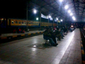 Suasana stasiun Padalarang saat Maghrib