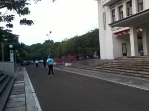 Orang-orang jogging di area balai kota