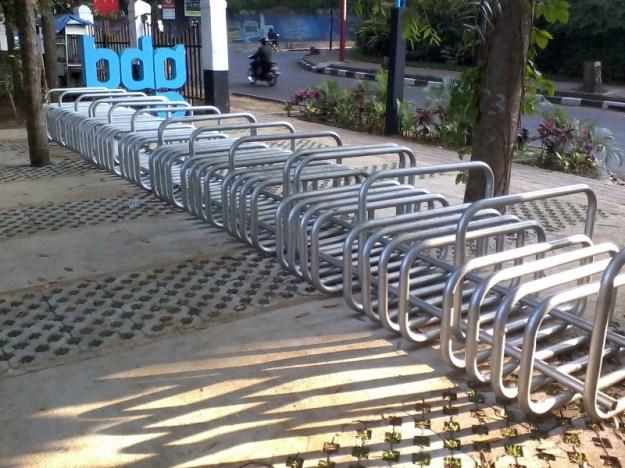 Parkir Sepeda Depan Baksil