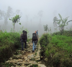Jalan mendaki dan berkabut