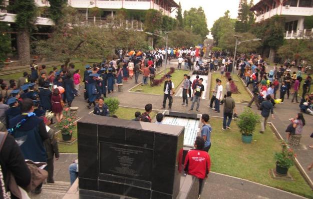 Arak-arakan wisudawan di Plaza Widya
