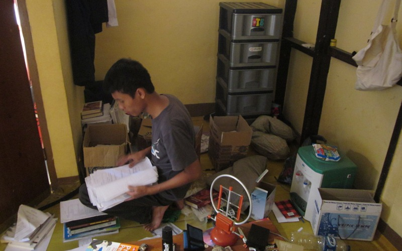 Khairul menyortir barang-barangnya