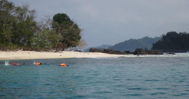 Beberapa orang tampak sedang snorkeling