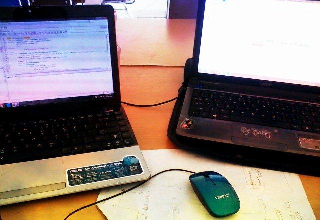 Dua komputer 1 mouse+keyboard