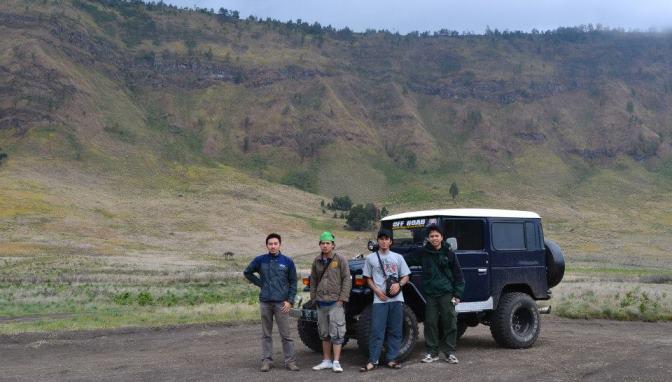 Di depan jeep