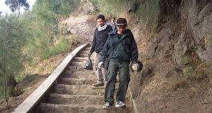 Menuruni tangga