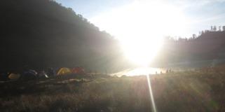 Matahari menembus celah antara dua bukit