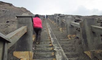 Menyusuri tangga