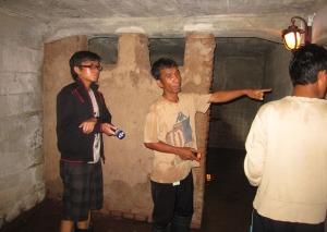 Bersama guide di ruang bawah tanah