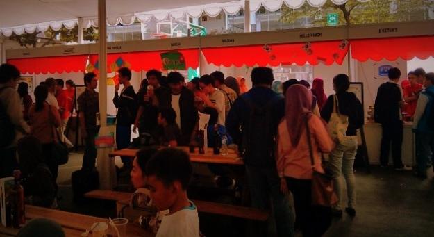 Keramaian pengunjung di stand mahasiswa