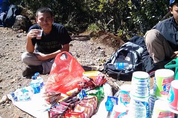 Kuncoro dan sachet-sachet minuman