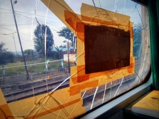 Kaca jendela yang terkena lemparan batu