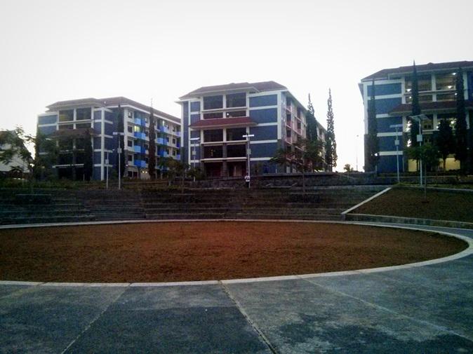 Amphi Theater  dan 3 gedung asrama mahasiswa