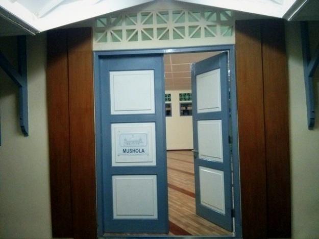Pintu masuk mushola pusat ITB Jatinangor