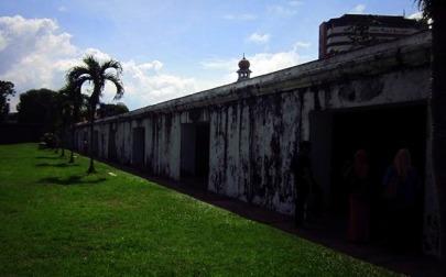 Ruangan semacam bunker di Fort Cornwallis