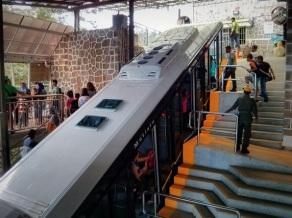 Kereta tiba di stasiun puncak