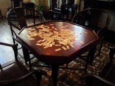 Meja tempat bermain kartu