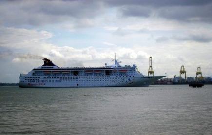 Kapal pesiar Star Cruises yang mau merapat